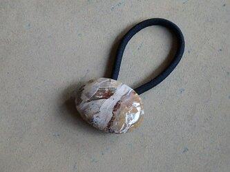 天然石のヘアゴム、ペトリファイドウッドの画像