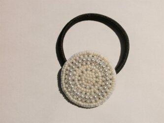 ビーズ&パール丸模様刺繍のヘアゴムの画像