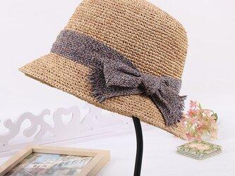 浅茶色 蝶が結びつくの麦わら帽子の画像