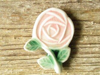 陶器で出来たバラのブローチの画像