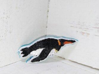 水の中を飛ぶペンギンちゃん*刺繍ブローチの画像