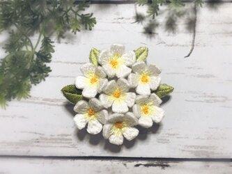 小花の手刺繍ブローチ(白)の画像