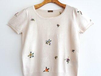 【送料無料】羊毛フェルト刺しゅうの半袖トップス(小花柄)の画像