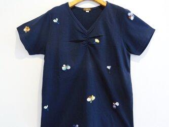 【送料無料】羊毛フェルト刺しゅうの半袖カットソー(ネイビー・小花柄)の画像