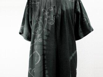 六分袖コットンチュニック(半円絞り染に唐草模様・青味グレー濃淡)の画像