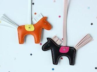 北欧生まれの幸せの馬 ダーラナホースのバッグチャーム ブラック×ピンクの画像