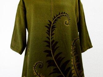 七分袖コットンチュニック(ボカシ染に羊歯の葉・緑味金茶濃淡)の画像
