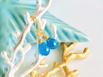 【18K】宝石質ネオンブルーアパタイトドロップのピアスの画像
