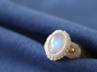 【マクラメ】宝石質ホワイトラブラドライトの指輪(オフホワイト)の画像