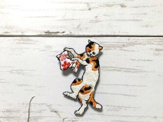 手刺繍浮世絵ブローチ*歌川国芳「猫飼好五十三疋・亀山」の猫の画像