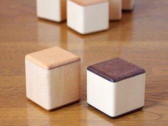 ガラガラキューブ「あずき」2個セット サクラ+(小)ウォールナットの画像
