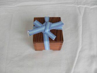 杉の小さな箱の画像