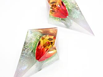 鋭角ピラミッドイヤリング(新緑と太陽)の画像