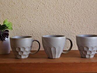 カフェオレ色のマグカップ しのぎ削りの画像