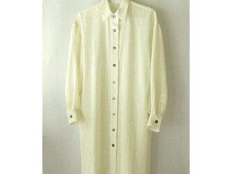 手織り木綿の生地で作った長い丈のシャツの画像
