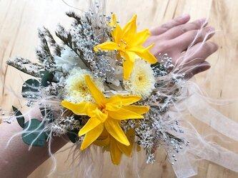 ウェディングリストレットブーケ チューベローズと小菊と小花のボタニカルブーケの画像