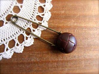 革風ボタンのストールピンの画像