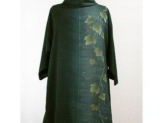 二重ガーゼ地・オフタートル七分袖コットンチュニック(縦絞り染に蔦模様・深緑色濃淡)の画像