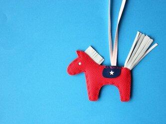 北欧生まれの幸せの馬 ダーラナホースのバッグチャーム レッド×ホワイトの画像