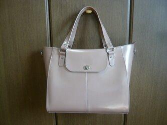 アンバーローズ色のハンドバッグの画像