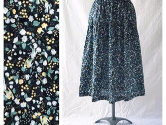 75cm丈:涼しく過ごすためのティアードスカート(花と小鳥:ネイビー)の画像