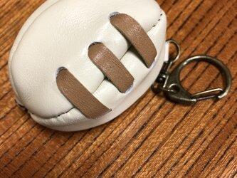 ラグビーボールのような革小物です。の画像