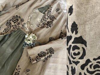 ステンシル風薔薇柄ショールカラー羽織りの画像