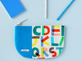 一点もの!デザイナーズ生地で作った英字アルファベット柄の半月型ポーチ・本革使用(トルコブルーの帆布)の画像