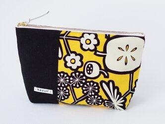 黄色と黒のビビッド花柄のマチ付きポーチ(内ポケット付き)の画像