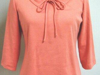 ショールカラーのリボン大好きTシャツ(サーモンピンク)の画像
