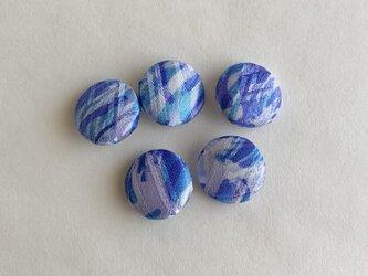 絹手染くるみボタン5個(波・青系)の画像