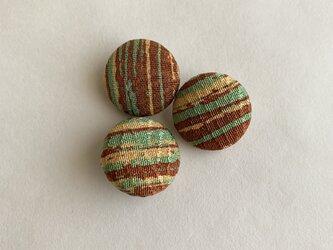 絹手染くるみボタン3個(18mm 茶系)の画像
