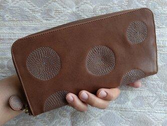 刺繍革財布『ぐるぐる』ミルクチョコレート×水色(牛革)ラウンドファスナー型の画像