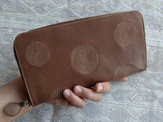 刺繍革財布『ぐるぐる』ミルクチョコレート×ベージュ(牛革)ラウンドファスナー型の画像