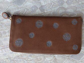 刺繍革財布『SHABON』ミルクチョコレート×水色(牛革)ラウンドファスナー型の画像