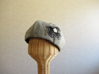 鳥さんアップリケのベレー帽 ヘリンボーン、黒の画像