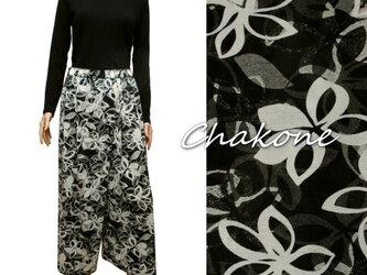 【パンツ】ゆったりタック入りワイドパンツ(スカートパンツ/ML) 花柄(ブラック×ホワイト)の画像