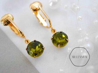 ヴィンテージビジューのイヤリング olive green oの画像