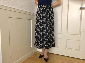 白い花刺繍前スリット入りロングタイトスカート(黒地)の画像