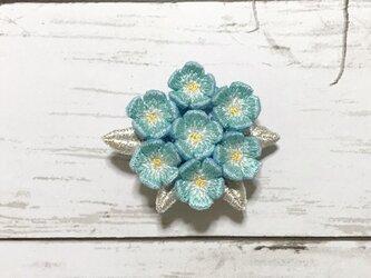 小花の手刺繍ブローチ(水色)の画像