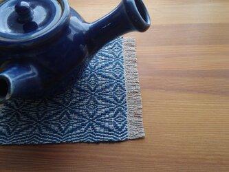 藍模様手織りの花瓶敷の画像
