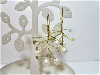 揺れる小枝の品のあるホワイトパールとクリアの透明感のあるエレガントなワイヤーステンレス製ピアスの画像