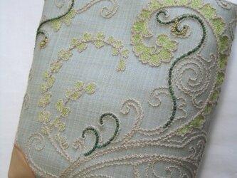 グレイッシュグリーン、ペイズリー柄刺繍のトートの画像