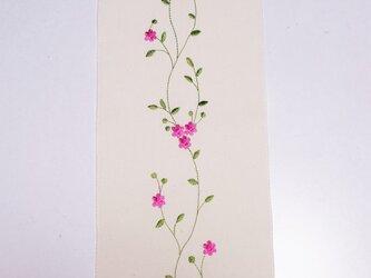 【再販】半衿 ★「軽やかに舞う花々 刺繍」 ★ネーム入りの腰紐付き♪の画像