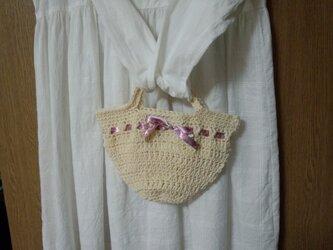 【手縫い屋】手編みコットン☆グラニーバッグミニ☆生成り色☆小花柄ピンク色リボン付☆の画像