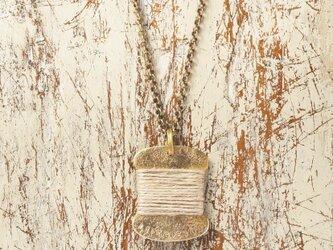 糸巻きペンダント(真鍮)の画像