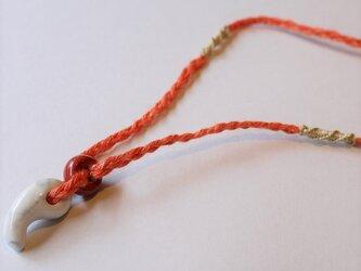 ハウライト勾玉 x オレンジヘンプネックレス の画像