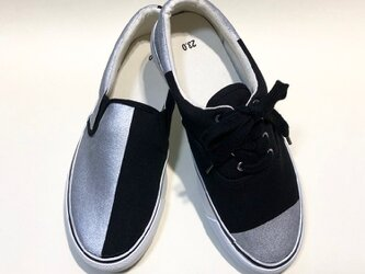 銀のアシンメトリースニーカーγ(紐靴とスリッポン)の画像