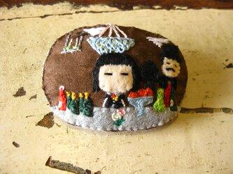 フォリー・ベルジェールのバーの女の子<布ブローチ(刺繍ブローチ)>の画像