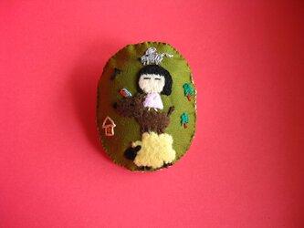 ブレーメンの音楽隊の女の子<布ブローチ(刺繍ブローチ)>の画像